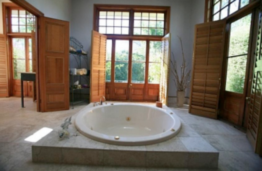 1 best-Shepparton-bed-gourmet-breakfast-luxury-spa-suite-hurlstone-homestead-bathroom-spa-tub-400x262.png